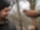 Ein Falkner hat einen Falken auf seinem Handschuh.