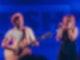 Max Giesinger sitzt vor einem blauen Hintergrund auf der RSH Bühne mit seiner Gitarre