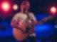 Max Giesinger steht mit seiner Gitarre auf der Bühne.