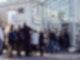 Eine Menschenschlange steht vor dem Funkhaus in Kiel.