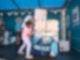 Ein junges Mädchen steht links neben einem riesen Puzzle aus Blöcken, auf dem eine Comicfigur zu sehen ist. Das Mädchen versucht die Blöcke korrekt anzuordnen.