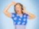 Barbara Schöneberger steht vor einem blauen Hintergrund. Sie trägt einen Kopfhörer, die linke Hand fasst an die linke Ohrmuschel. Der rechte Arm ist nach oben gehoben, Hand auf Stirnhöhe. Die Augen sind geschlossen, der Mund weit geöffnet.