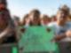 Drei Fans stehen an einem Absperrgitter einer Bühne, halten ein Schild mit der Aufschrift Lotte wir lieben dich und Herzen in der Hand.