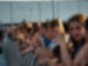 Eine Menschenmenge steht hinter einem Absperrgitter.