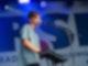 Ein junger Mann steht auf einer Bühne und spielt auf einem Keyboard was vor ihm aufgebaut ist. Gleichzeitig singt er in ein Mikrofon.