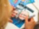 Eine Hand hält einen schwarzen Edding und schreibt ein Autogramm auf ein Bild auf dem zwei Frauen abgebildet sind.