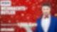 Ein junger Butler in einem blauen Anzug steht vor einem roten Hintergrund, hält ein Tablett in der Hand und guckt in die Kamera.