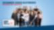 Eine Gruppe aus Frauen und Männern steht vor einem blauen Hintergrund und guckt von unten nach oben in die Kamera. Im Vordergrund der Gruppe stehen zwei Männer die jeweils ein großes Wattestäbchen in der Hand halten.