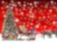 Auf rotem Hintergrund sind Rechtecke mit Nummern von 1-24 drauf. Unten steht ein mit Kugeln geschmückter Tannenbaum, vor welchem Geschenke und ein Schlitten stehen. Vor dem Schlitten stehen vier Rentiere.