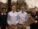 Vier Jungs stehen nebeneinander vor Bäumen und gucken in die Kamera. Die beiden, die rechts stehen, halten vor sich ein Netz in den Händen.