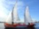 Ein Segelboot fährt mit zwei gehissten Segeln und seiner Besatzung vor einer Küste über das Meer. Rechts im Hintergrund liegt ein Kreuzfahrtschiff vor Anker.