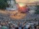 Die Kalkbergarena in Bad Segeberg während einer Aufführung der Karl May Festspiele. Im Hintergrund geht die Sonne unter.