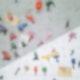 An einer Wand sind verschieden-farbige Griffe zum Klettern montiert.