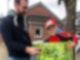 Ein Junge nimmt mit großen Augen ein großes Geschenk von einem Mann entgegen.