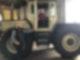 Ein Junge steht in einem Traktor und schaut in die Kamera. Eine Frau mit Maske steht ebenfalls am Trecker und schaut in die Kamera.