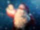 Der Weihnachtsmann steht in der Nacht im Freien, es schneit und eine kleine Lichtkugel schwebt zwischen seinen Händen.