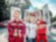 Vor den offenen Hecktüren eines Krankenwagens stehen vier Personen mit verschränkten Armen und schauen in die Kamera.