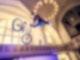 Mann mit BMX-Rad in der Kirche
