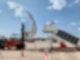 Ein Gabelstabler mit Flugzeugtür simuliert das Beladen der Fracht auf ein Flugzeug.