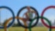 Die Ruderin Frieda Hämmerling sitzt auf den olympischen Ringen in Tokio