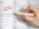 """Ein Kalender und eine Hand mit Rotstift sind zu sehen. Im Kalender ist der Eintrag """"Corona Impfung"""" zu lesen."""