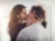 Eine Frau und ein Mann küssen sich.