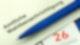 """Ein Kugelschreiber liegt auf einem Zettel, auf dem """"Amtliche Wahlbenachrichtigung"""" steht."""