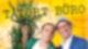 Zwei Männer in Kostümen stehen vor einem gelben Hintergrund.